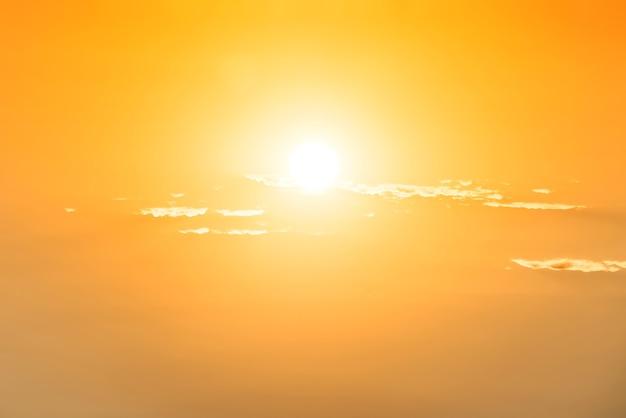 Sonnenuntergang gelb und orange himmel mit sonne und wolken
