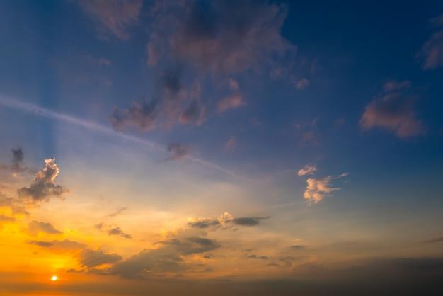 Sonnenuntergang himmel hintergrund am strand im sommer