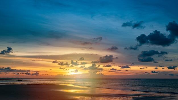 Sonnenuntergang himmel und meer mit wolken. sommerhintergrund.