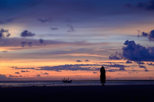 Sonnenuntergang himmel und meer mit wolken