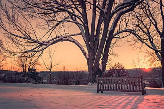 Sonnenuntergang hinter dem hügel