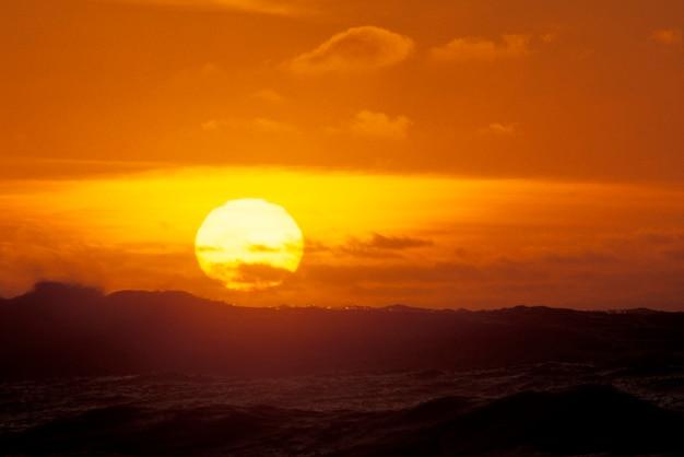 Sonnenuntergang hinter wellen, oregon coast