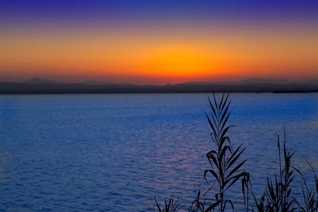 Sonnenuntergang im albufera see valencia