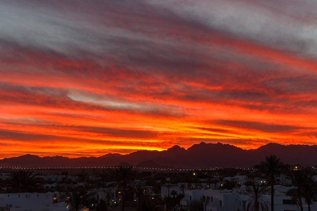 Sonnenuntergang im gebirgshintergrund