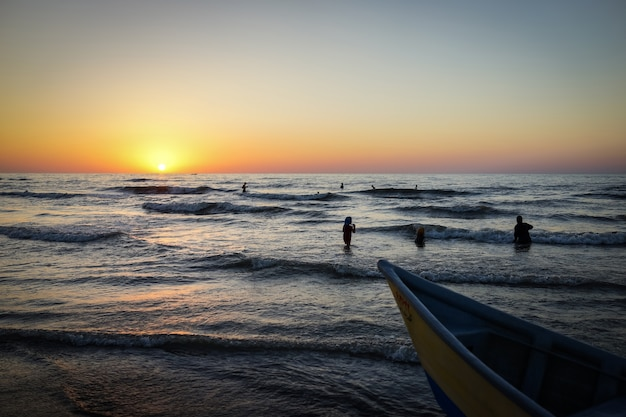 Sonnenuntergang im iran auf dem kaspischen meer