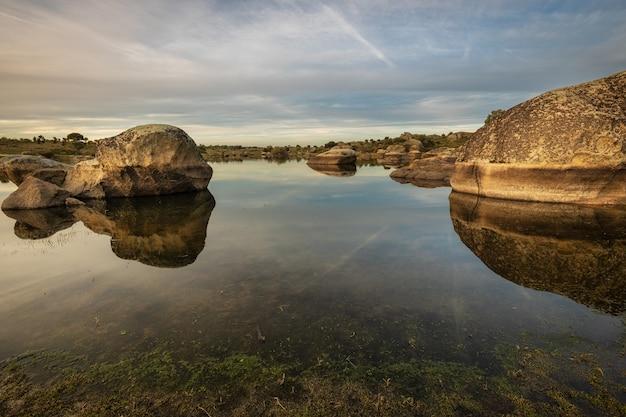 Sonnenuntergang im naturgebiet der barruecos.
