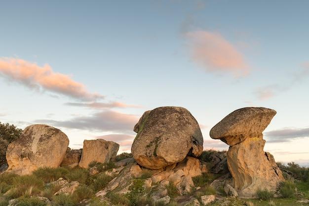 Sonnenuntergang im naturgebiet von barruecos. malpartida de caceres. extremadura. spanien.