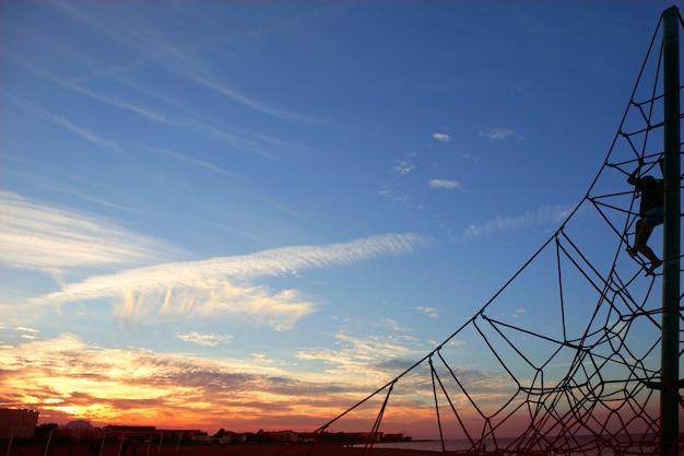 Sonnenuntergang im park, im blauen und roten himmel, kinder, die oben landschaft ansehen