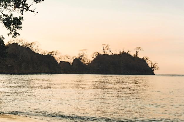 Sonnenuntergang im sommer am meer