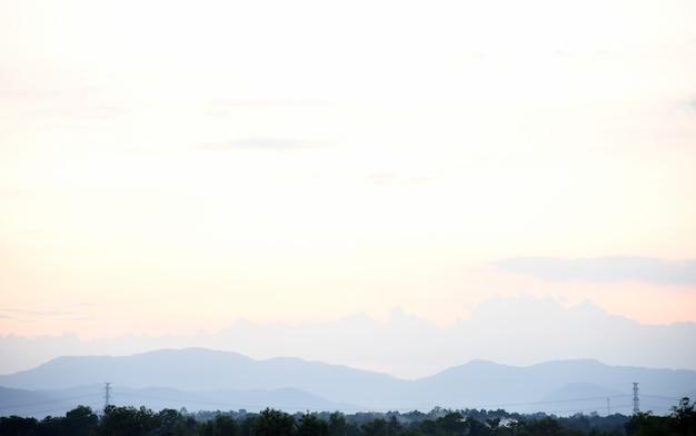 Sonnenuntergang in den bergen sehen landschaft schön mit nebel und wald an