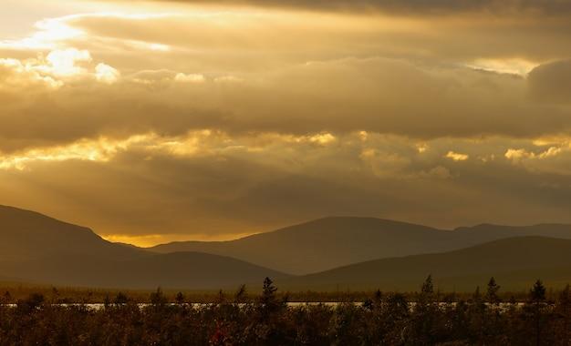 Sonnenuntergang in den bergen von khibiny, kola-halbinsel, russland.