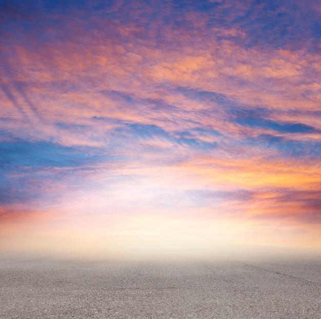 Sonnenuntergang in der einsamen straße