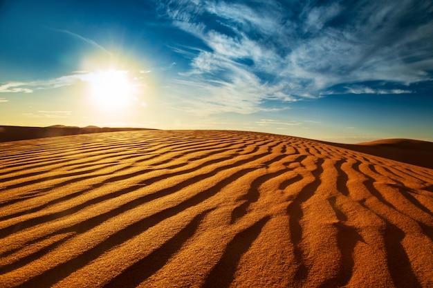 Sonnenuntergang in der sahara-wüste.