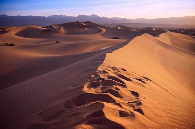 Sonnenuntergang in der sahara-wüste