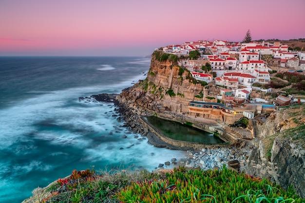 Sonnenuntergang in der stadt azenhas do mar. mit natürlichem pool.