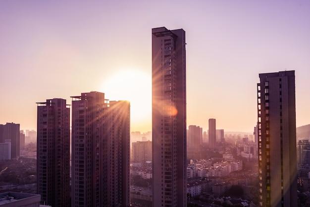Sonnenuntergang in einer großen stadt
