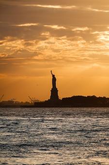 Sonnenuntergang in hudson river und liberty statue