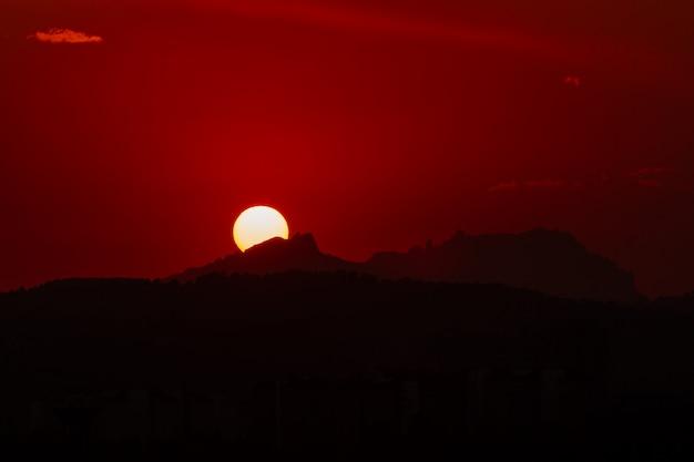 Sonnenuntergang in montserrat, katalonien, spanien