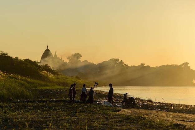 Sonnenuntergang in myanmar am fluss