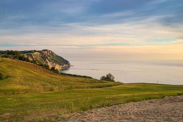 Sonnenuntergang landschaft conero naturpark dramatische küste landzunge felsige klippe adria schöner himmel bunter horizont, reiseziel italien