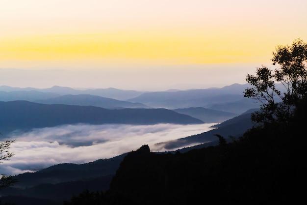 Sonnenuntergang mit blick auf berge mit nebel