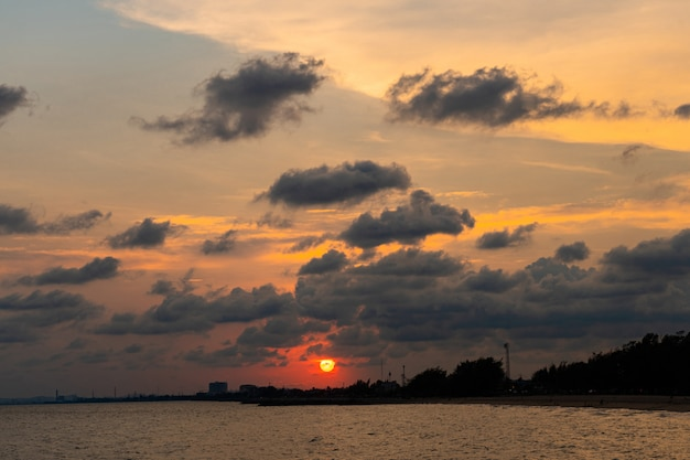 Sonnenuntergang mit mächtigem am strand