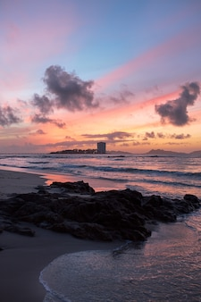 Sonnenuntergang mit rotem himmel an einem strand in der stadt vigo, galicien, spanien.