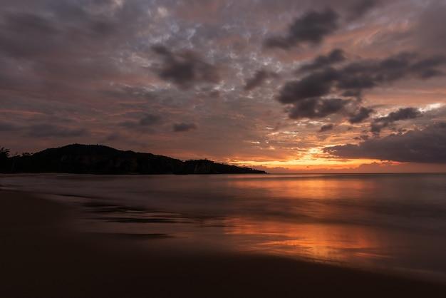 Sonnenuntergang mit schönen bunten wolken am himmel am tsukigahama strand iriomote island.