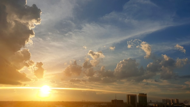 Sonnenuntergang mit wolken am himmel über der stadt