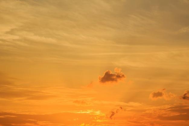 Sonnenuntergang mit wolken der himmel ist wunderschön dramatisch