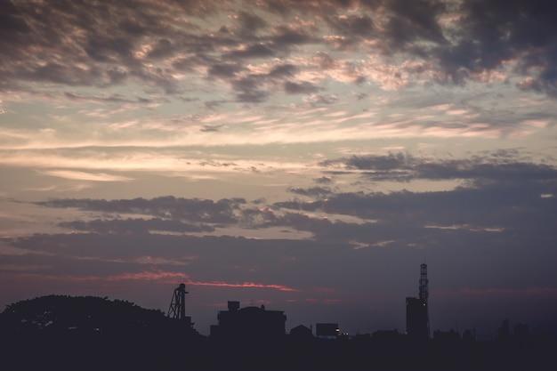 Sonnenuntergang mit wolken und lichtstrahlen anderer atmosphärischer effekt für gebrauch als hintergrund