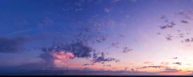 Sonnenuntergang oder morgendämmerung, schöner farbiger himmel mit wolken, drohnenansicht, helle sommerlandschaft.