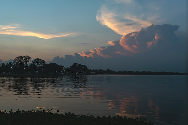 Sonnenuntergang oder sonnenaufgang am tissa see