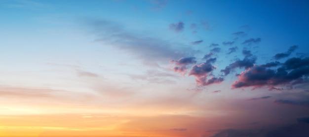 Sonnenuntergang oder sonnenaufganghimmel bunt