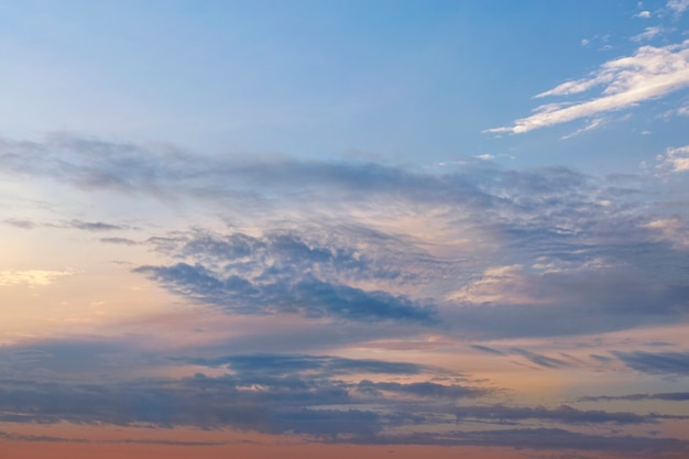 Sonnenuntergang orange-blauer himmel mit wolken.