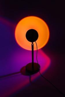 Sonnenuntergang-projektorlampe mit gelbem licht auf dunklem hintergrund.