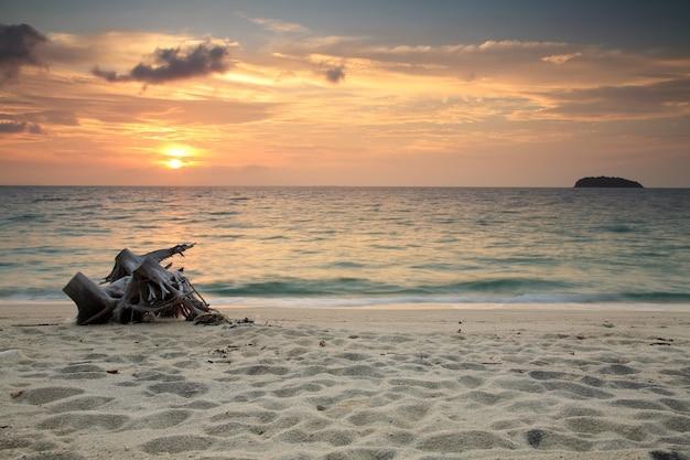 Sonnenuntergang seelandschaft mit weißem strandsand