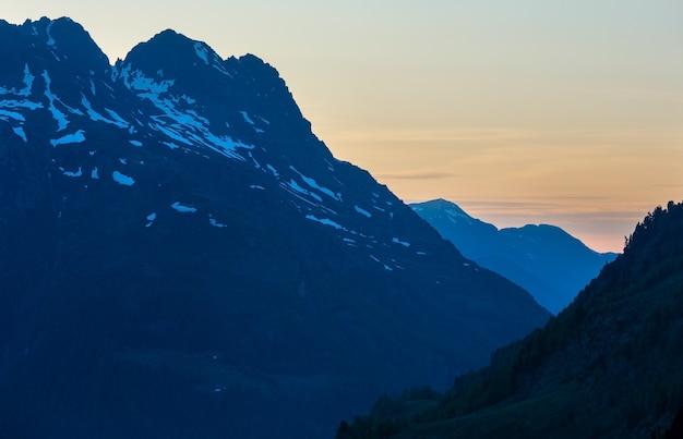 Sonnenuntergang sommer berglandschaft. blick vom timmelsjoch - hochgebirgsstraße an der italienisch-österreichischen grenze.