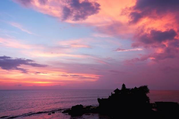 Sonnenuntergang über dem hinduistischen tempel tanah lot, bali