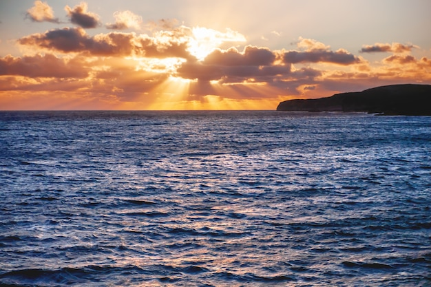 Sonnenuntergang über dem meer nahe der gozo-insel, malta.