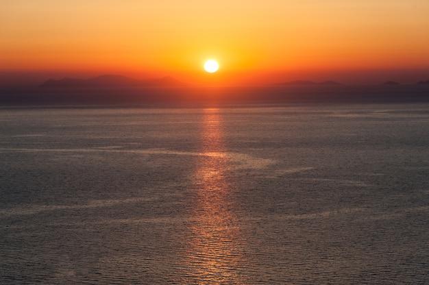 Sonnenuntergang über dem meer von griechenland