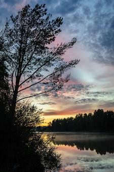 Sonnenuntergang über dem nördlichen fluss