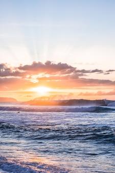 Sonnenuntergang über dem ozean in hawaii