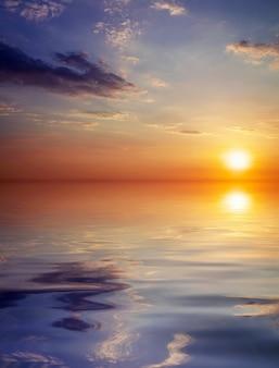 Sonnenuntergang über dem ozean. schöner sonnenunterganghimmel. naturzusammensetzung.