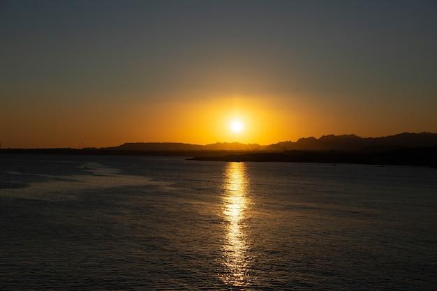 Sonnenuntergang über den bergen, auf der sinai-halbinsel, ägypten, sharm el sheikh, rotes meer.
