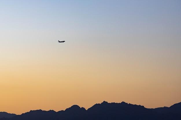 Sonnenuntergang über den bergen im süden des sinai, sharm el sheikh, ägypten.