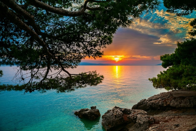 Sonnenuntergang über der adria in einem kleinen dorf brela, kroatien