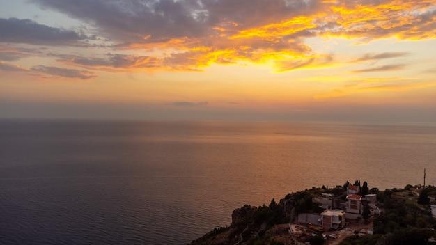 Sonnenuntergang über der adria in montenegro letzte minuten des sonnenuntergangs