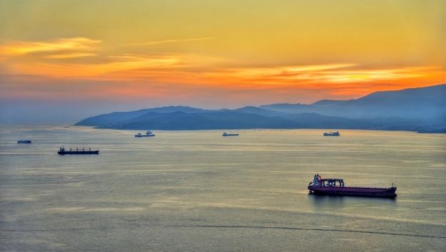 Sonnenuntergang über der bucht von gibraltar vom felsen von gibraltar aus gesehen
