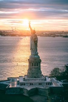 Sonnenuntergang über der freiheitsstatue